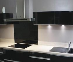 cr dence en verre tremp et laqu brillant cuisines laurent. Black Bedroom Furniture Sets. Home Design Ideas